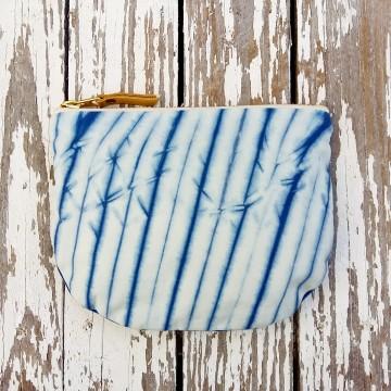 Monederos elaborados con telas de algodón orgánico teñidas con índigo_Shibori